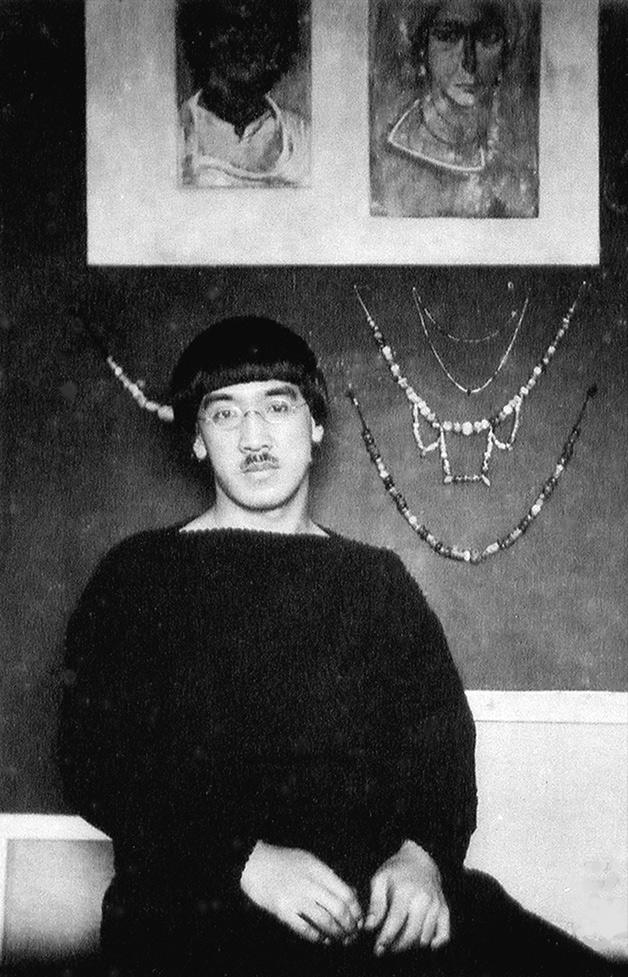 Léonard Foujita assis contre un mur