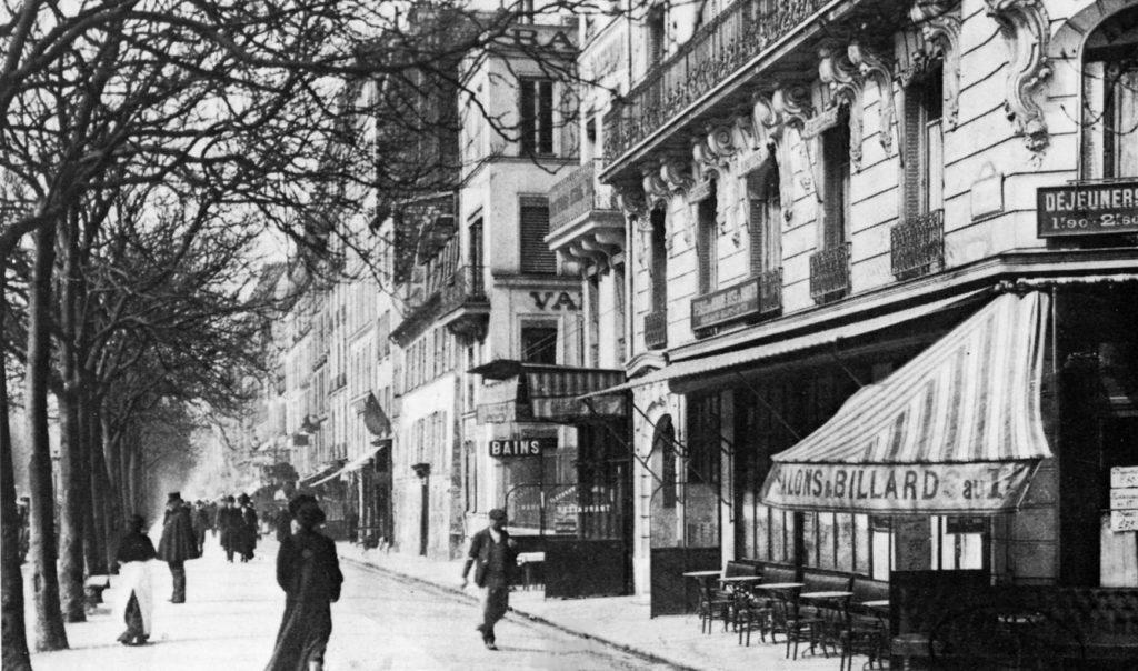 1913 Le boulevard Montparnasse et la Closerie des Lilas (à droite) à l'époque de l'arrivée de Foujita © Archives Sylvie Buisson